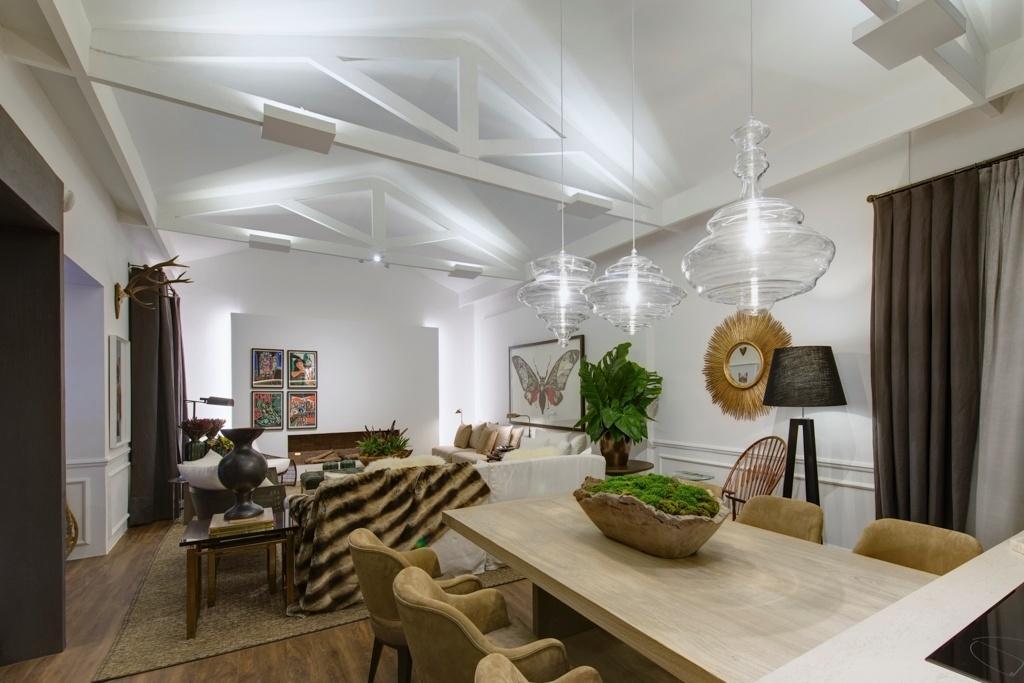 Casa Cor SP 2015 - No Refúgio na Montanha, de Fabio Morozini, focos de iluminação destacam as tesouras de madeira do teto, originais da casa dos anos 30, no Jockey Club de São Paulo