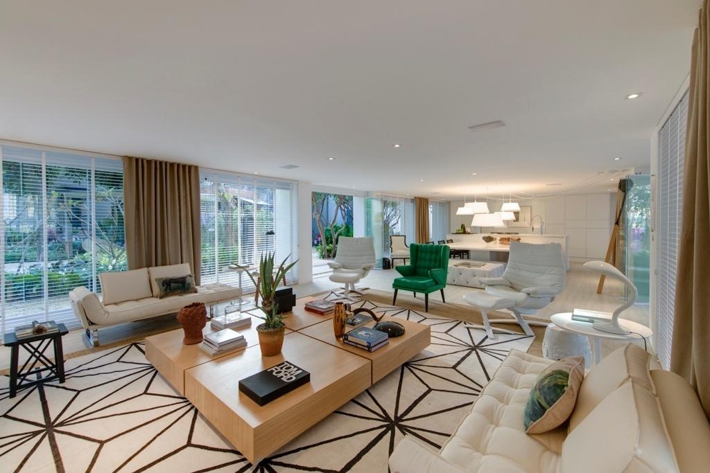 Casa Cor SP 2015 - Projetado por Francisco Calio, o Espaço da Família, com 160 m², integra o living com a área gourmet. No estar, os móveis estão dispostos de maneira simétrica