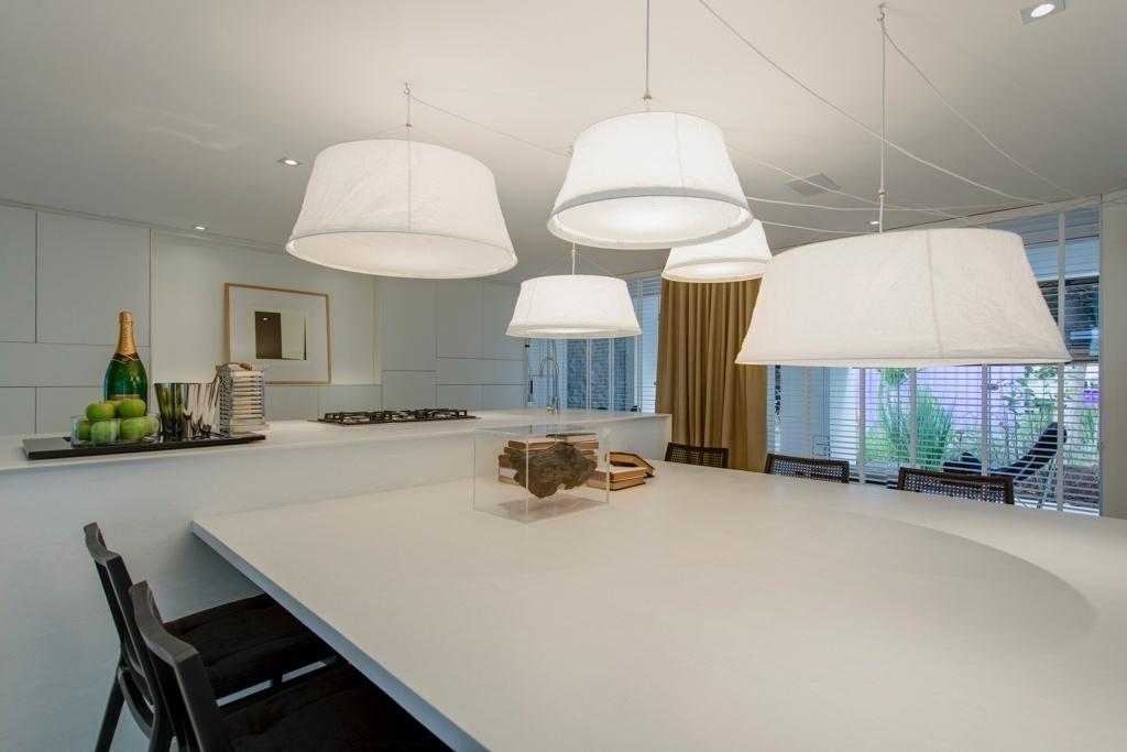 Casa Cor SP 2015 - Os pendentes de papel arroz da Futon Company criam um efeito escultural sobre a mesa de jantar do Espaço da Família, um projeto de Francisco Calio