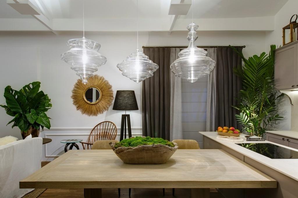 Casa Cor SP 2015 - Na cozinha gourmet com área de jantar do Refúgio na Montanha, Fabio Morozini utilizou três belos pendentes (La Lampe) de vidro soprado sobre a mesa. O conjunto marca, mas com delicadeza