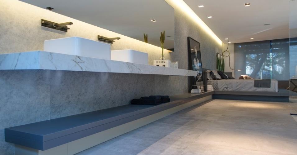 Casa Cor SP 2015 - No banheiro da Casa P&B, de Léo Shehtman, a bancada inferior (Florense) do banheiro, na cor cinza, segue até o quarto e compõe a base e a cabeceira da cama, conectando os dois ambientes