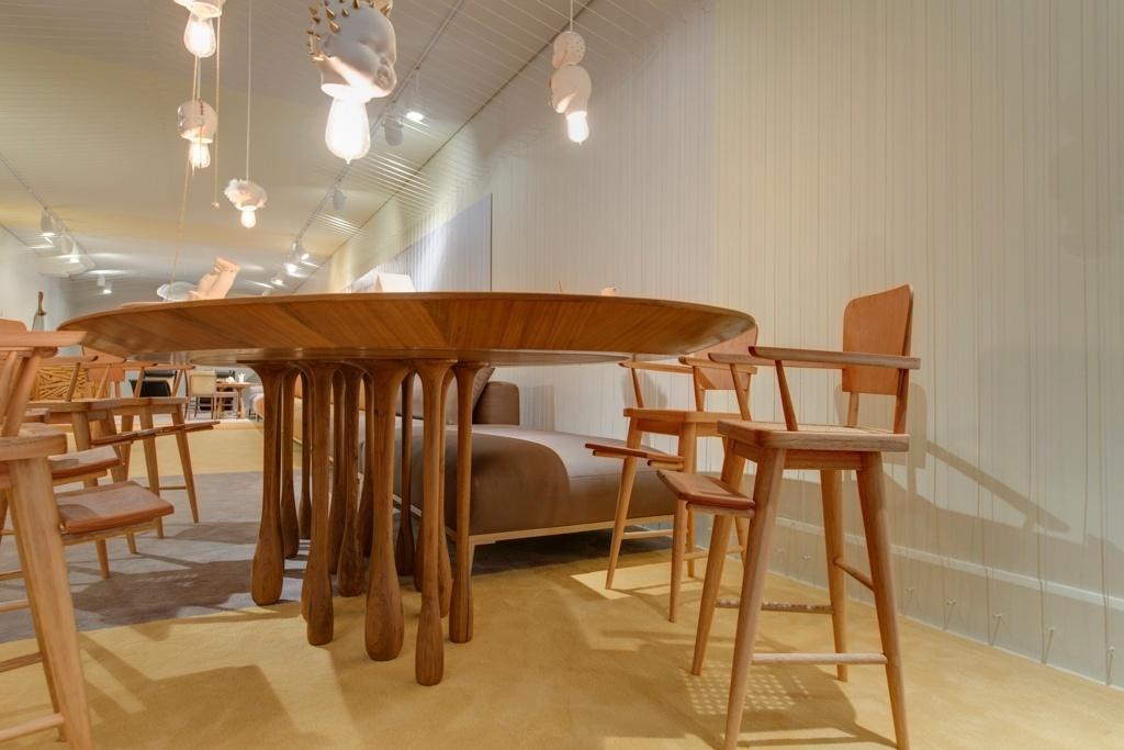 Casa Cor SP 2015 - Inspirada nas gotas de água, a mesa de jantar faz parte da coleção Chuva, criada por Leo Romano. Os pés da peça são produzidos individualmente com o uso de torno manual