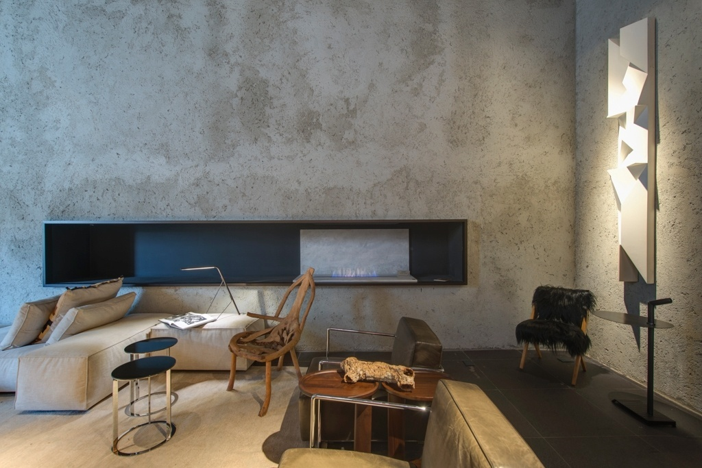 Casa Cor SP 2015 - O concreto de viadutos e calçadas inspira o inacabado reboco que cobre parte das paredes do Apartamento Brasil, uma criação de Osvaldo Tenório