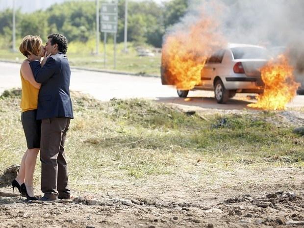 Inês beija Aderbal após ser salva por ele