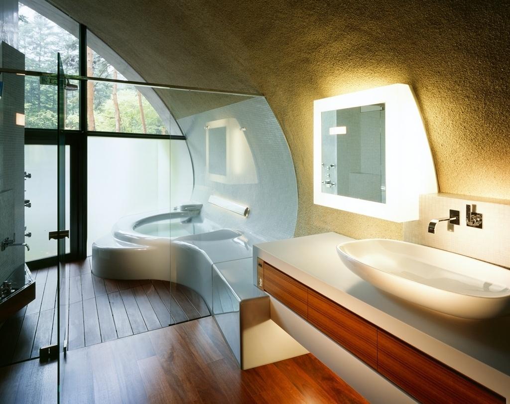 No banheiro se repetem os materiais de outras áreas internas, em função da necessidade de ter desempenho térmico ideal, sem perdas de calor para o exterior, úmido e frio. O piso de madeira, aquecido, alia-se ao sistema de exaustão por aberturas instaladas sob as esquadrias metálicas que compõem as fachadas frontais - aqui, para manter a privacidade do banho, o vidro voltado para área externa é leitoso. A casa Concha, no Japão, tem arquitetura assinada pelo ARTechnic Architects