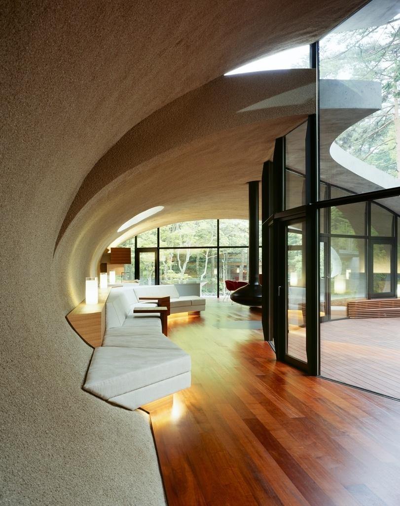Arquitetura e os interiores apresentam uma continuidade que está expressa na perfeição dos acabamentos e nos encaixes e interfaces entre os diferentes materiais no projeto do escritório ARTechnic Architects, para residência de veraneio e lazer  nas redondezas de Tóquio, Japão
