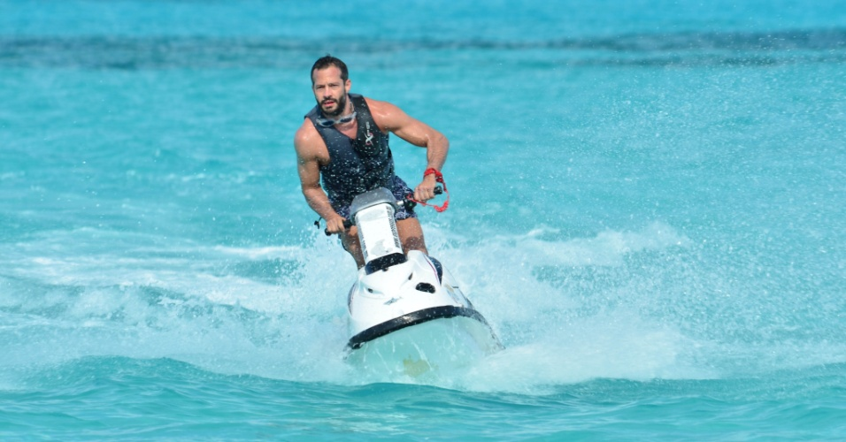 Malvino Salvador aproveitou Cancun para andar de jet-ski