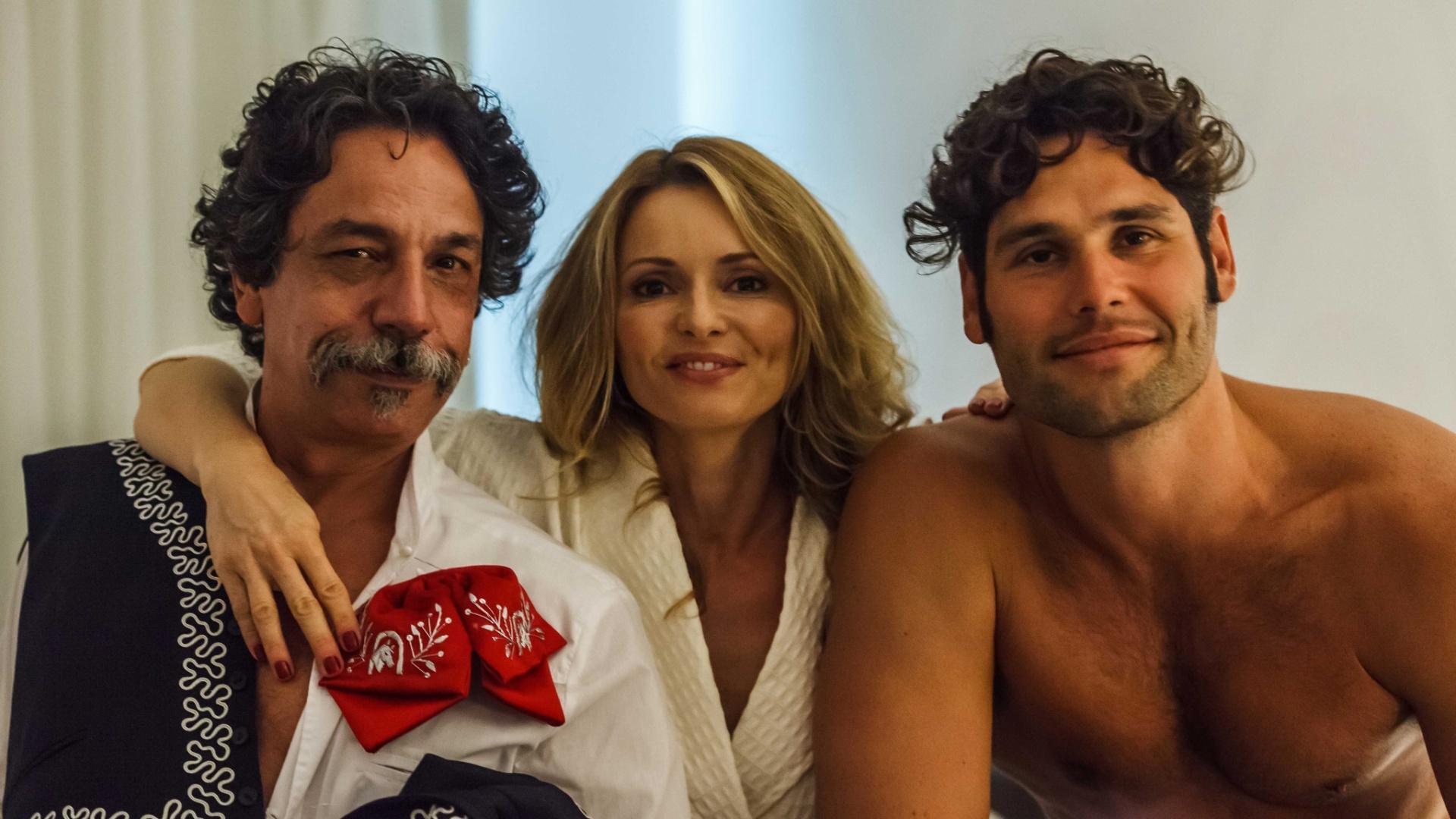 Rita Guedes e Dudu Azevedo em cena após seduzirem um mariachi