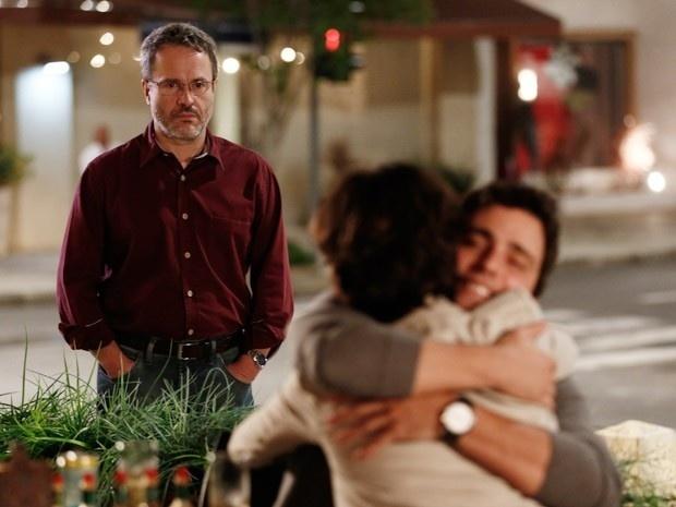 Lauro fica perplexo ao flagrar abraço de Isabel e Luís