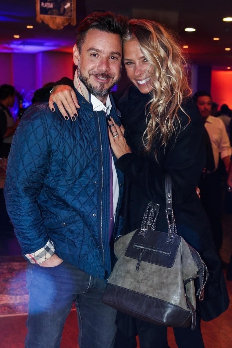 1.jun.2015 - Adriane Galisteu chega acompanhada do marido, Alexandre Iódice, ao aniversário de 10 anos do Teatro Frei Caneca, no centro de São Paulo, na noite desta segunda-feira