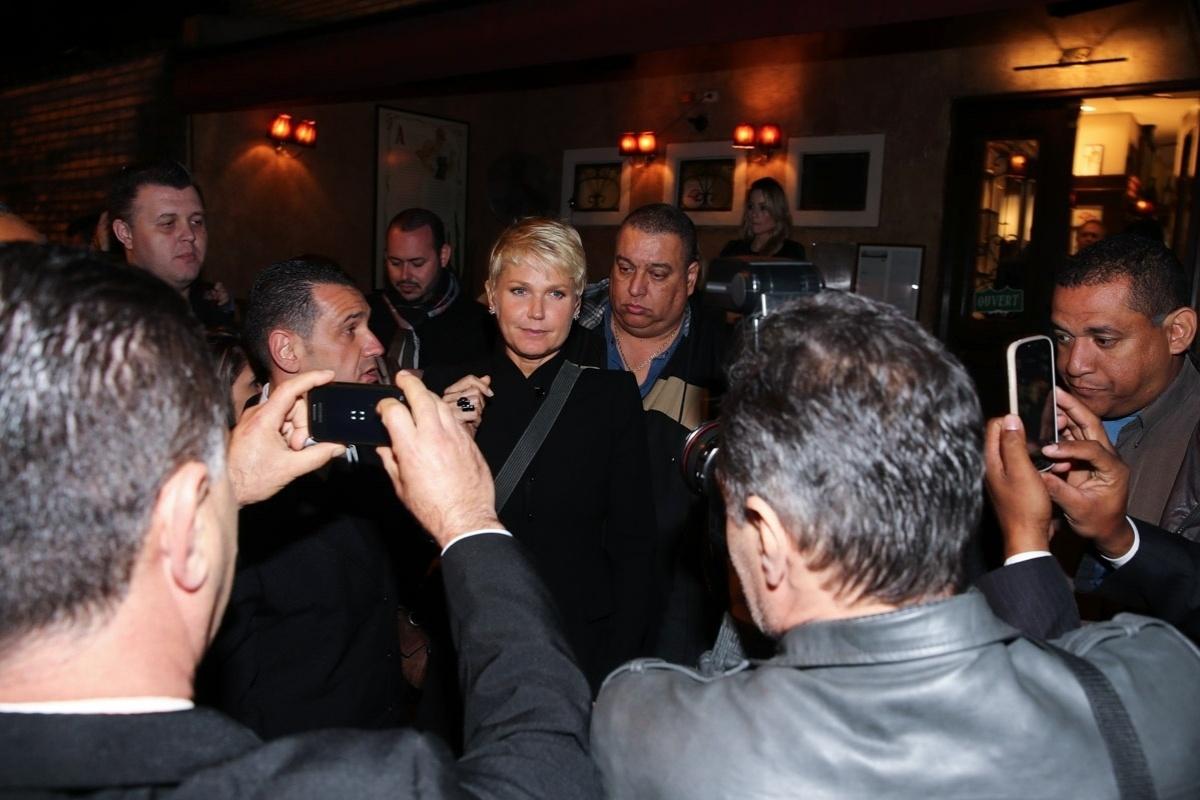 1.jun.2015 - Xuxa Meneghel deixa restaurante no Itaim Bibi, zona sul de São Paulo, na noite desta segunda-feira, acompanhada de dois seguranças e encontra paparazzi e fãs