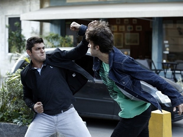 Rafael e Guto trocam socos na rua por causa de Laís