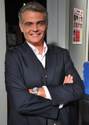 Rogério (Tarcísio Filho): Pai de Arlete (Camila Queiroz) e ex-marido de Carolina (Drica Moraes). Constituiu família com a ex- secretária, Viviane (Laryssa Dias), e sempre se rende às decisões dela