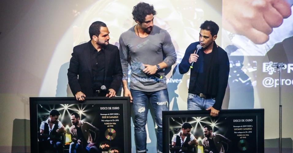 2.jun.2015 - Marcos Mion entrega prêmio a Zezé di Camargo e Luciano no lançamento do CD e DVD