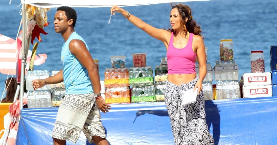 3.jun.2015 - De barriga de fora, Camila Pitanga grava cenas de Regina na praia do Leme, no Rio