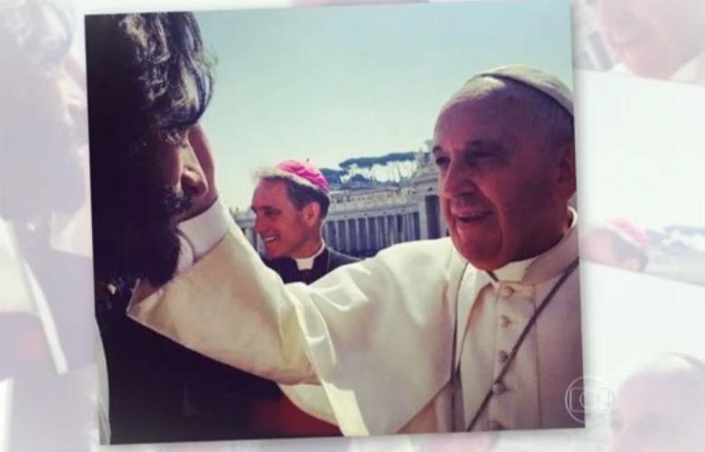 3.jun.2015 - Rodrigo Santoro é abençoado pelo papa Francisco