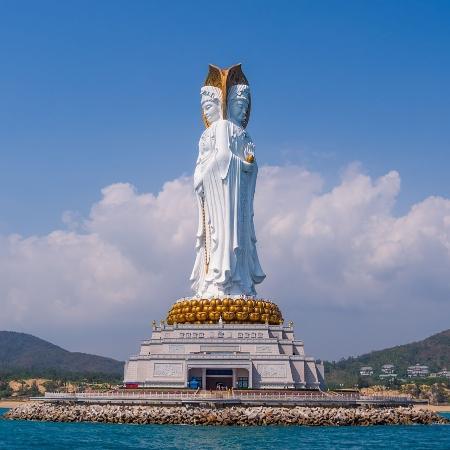 Estátua de 108 metros de altura traz a figura de Guan Yin, deusa da compaixão do budismo chinês, na ilha de Hainan, no sudeste da China - Creative Commons/llee_wu