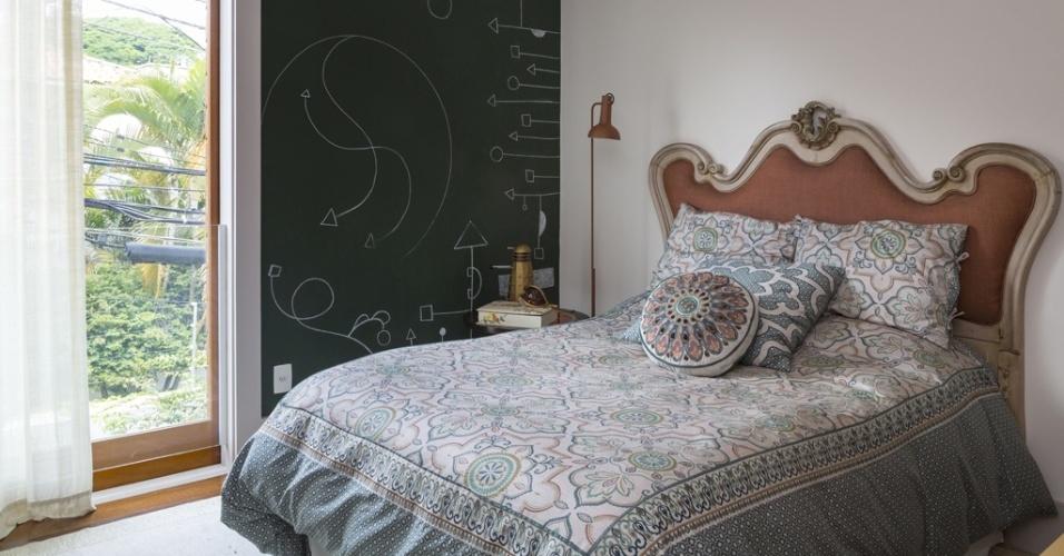 O espaço de 26 m² foi feito para uma adolescente que estuda design, pela arquiteta Eliane Mesquita. O cômodo teve uma das paredes pintada com tinta lousa, para que a menina pudesse fazer seus desenhos.