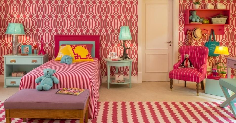 O designer de interiores Luíz Otávio Debeus e o arquiteto Thiago Seferian criaram um quarto para uma menina de dez anos na mostra Quartos & Etc.. O espaço com 20 m² foi revestido com papel de parede