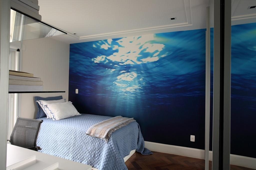 O dormitório com 20 m² foi personalizado pela aplicação de papel de parede com desenho do fundo do mar, impresso pela Tergoprint, no projeto da arquiteta Brunete Fraccaroli