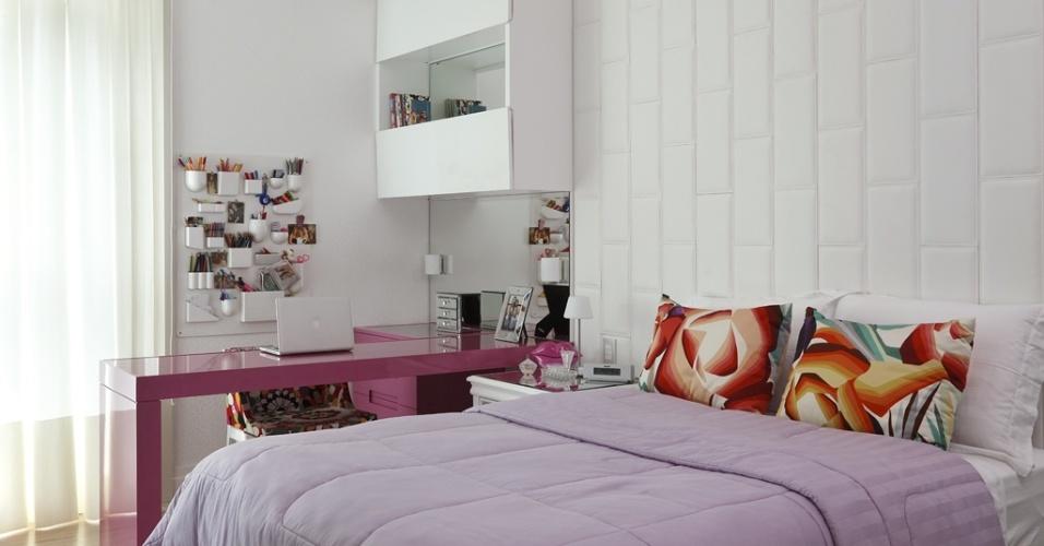 O destaque do projeto com 19 m², da arquiteta Vivian Coser, está na disposição dos móveis com bancada em L que serve como escrivaninha e penteadeira. A cabeceira acolchoada em couro traz aconchego ao ambiente e enfatiza as cores adotadas nos detalhes e na marcenaria