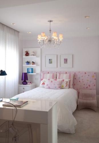 O quarto com 18 m² idealizado por Cristina Barbara para uma garota ganhou ar romântico e delicado, graças aos tecidos da Design Guild. A cama turca se alinha ao painel com prateleiras e ao criado-mudo (à esq.), além da cadeira Pantosh (à dir.)