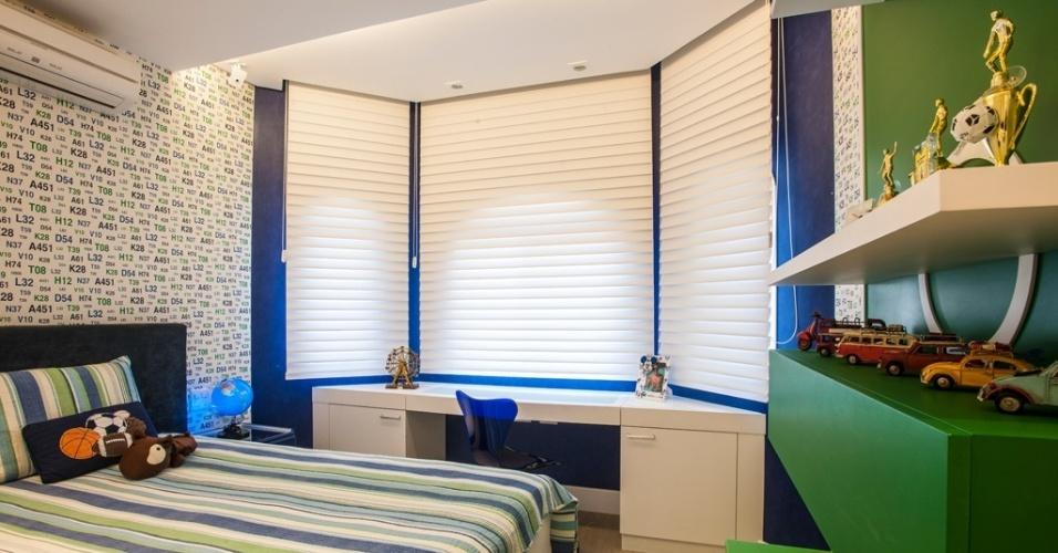 No quarto de 17 m² para um menino de dez anos, Adriana Di Garcia trabalhou tons de azul e verde e o tema