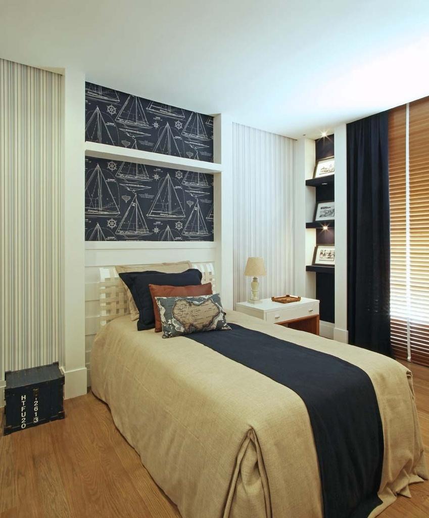 O diferencial na composição deste quarto, decorado pelas arquiteta Andrea Teixeira e Fernanda Negrelli, está na temática náutica, enfatizada pelo papel de parede Ralph Lauren e pela roupa de cama. No piso, o carvalho americano combina com a persiana de madeira, que é complementada pela cortina de tecido azul marinho