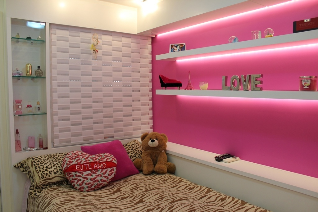 Feito sob medida para uma adolescente de 17 anos, o espaço com 7,3 m² foi idealizado pela arquiteta Pammela Resende Menezes. O projeto contabilizou área para o armazenamento de produtos de beleza, maquiagem e enfeites, além de uma cama de viúva com baú encostada na parede. A cortina, junto à cabeceira, é do tipo rolô em tecido vazado