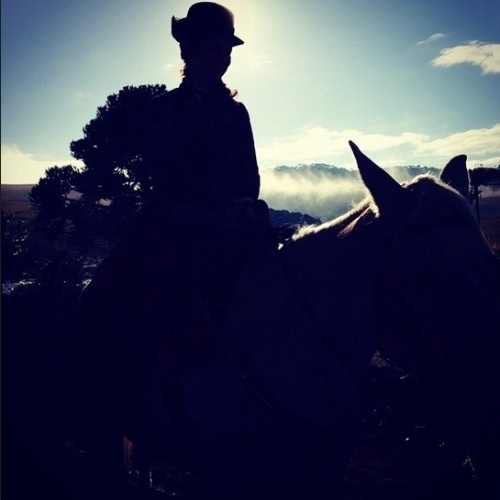 """20.mai.2015 - A cavalo, Paolla Oliveira grava cenas como Melissa, uma das protagonistas de """"Além do Tempo"""", no interior do Rio Grande do Sul"""