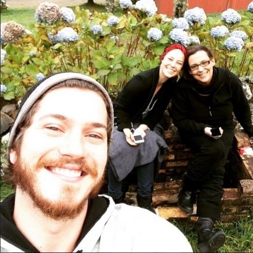 """20.mai.2015 - Durante pauta nas gravações de """"Além do Tempo"""", o ator Caio Paduan faz selfie com Paolla Oliveira e Ana Beatriz Nogueira"""