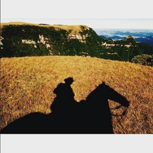 """2.jun.2015 - O ator Emilio Dantas, que interpreta o vilão Pedro, em """"Além do Tempo"""", fotografou a paisagem de São José dos Ausentes (RS) no Pico do Montenegro"""