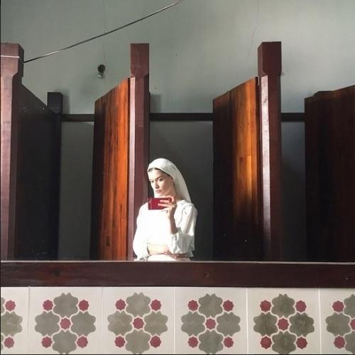 """3.jun.2015 - Caracterizada como a noviça Lívia de """"Além do Tempo"""", Alinne Moraes faz selfie durante as gravações da novela, no interior do Rio Grande do Sul"""