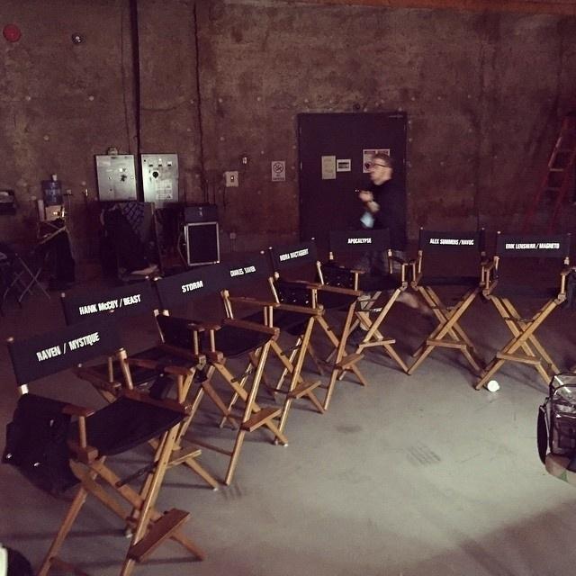 Bryan Singer mostra imagem com as cadeiras dos personagens de
