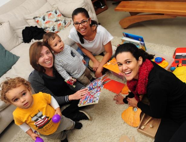 Da esq. para a dir., Antonio, Catarina, Miguel, Cristiane (a babá) e Raquel - Junior Lago/UOL