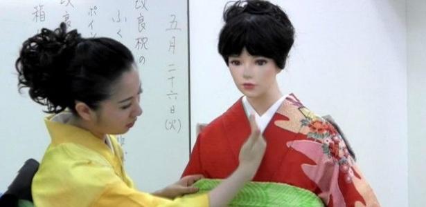 Kamila Miyuki Yamashiro, de 24 anos, é professora em uma das mais famosas e tradicionais escola do Japão, a Hakubi Kyoto - BBC