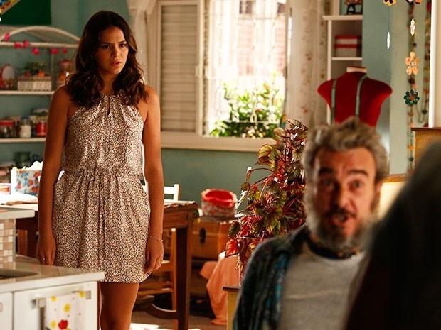Mari (Bruna Marquezine) escuta conversa entre Eva (Soraya Ravenle) e Jurandir (Alexandre Borges) e fica surpresa ao descobrir que Tomás (Dalton Vigh) é seu pai biológico