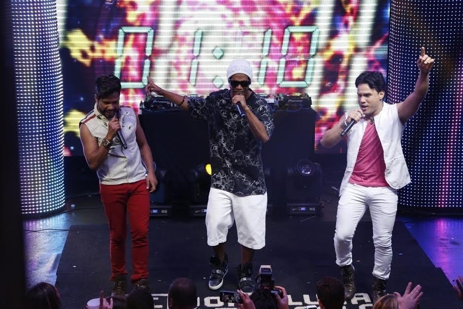 6.jun.2015 - Ronaldinho Gaúcho canta ao lado da dupla sertaneja João Lucas e Marcelo na casa noturna Pink Elephant, no Rio de Janeiro