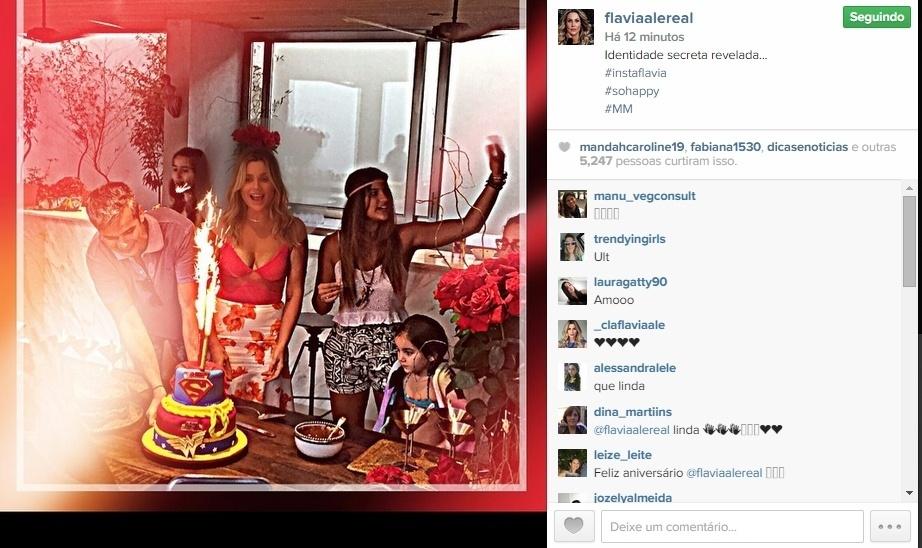 8.jun.2015 - A atriz Flávia Alessandra comemorou 41 anos no domingo e mostrou aos seus seguidores no Instagram, nesta segunda-feira, como foi a festa que ganhou da família. Ao lado do marido, Otaviano Costa, e das filhas, Giulia e Olivia, ela aparece na hora do parabéns.