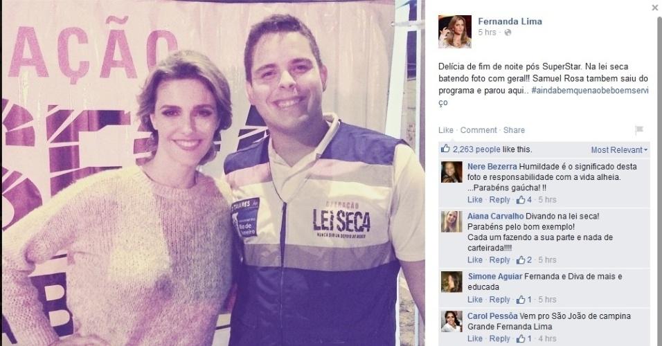 8.jun.2015 - Na madrugada desta segunda-feira, Fernanda Lima é parada em blitz e posta foto com o agente da operação.