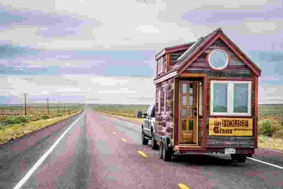 """A Tiny House tem uma área de pouco mais de 11 m² e um mezanino (com cama), medindo mais 5,5 m². pequeno, o trailer é uma adaptação do casal norte-americano Jenna Spesard e Guillaume Dutilh, para o modelo Cypress-20, da empresa Tumbledweed Houses (www.tumbleweedhouses.com/products/cypress), que desenvolve projetos de casas """"pé na estrada"""" - Divulgação"""