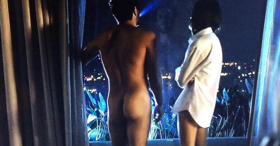 """Assim como Paolla Oliveira em """"Felizes para Sempre"""", Rodrigo Lombardi aparece em cena com o bumbum à mostra"""