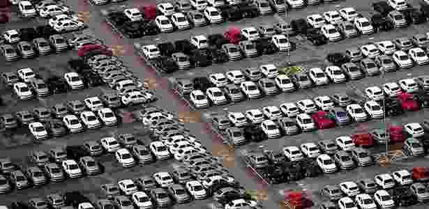 Pátio da Volkswagen lotado em São José dos Campos (SP): com queda de cerca de 20% nas vendas, setor de automóveis é um dos que mais sofrem com retração na economia - Roosevelt Cassio /Reuters