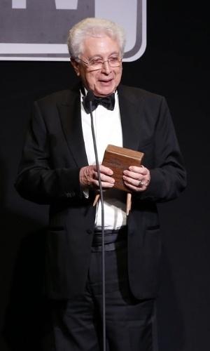 """8.jun.2015 - Aguinaldo Silva ganha o prêmio de melhor autor pela novela """"Império"""""""