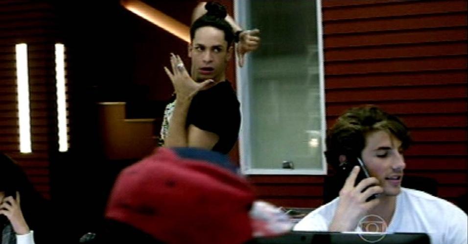 8.jun.2015 - Arlete (Camila Queiroz) chega à agência de Fanny (Marieta Severo) e deixa Visky (Rainer Cadete) eufórico