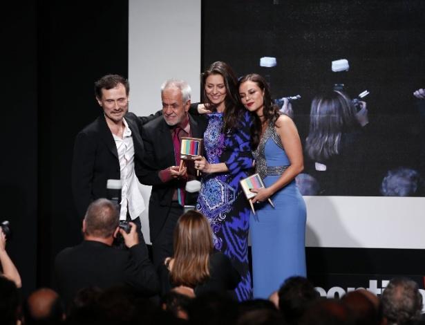 """8.jun.2015 - Enrique Diaz, Perfeito Fortuna, Maria Fernanda Cândido e Paolla Oliveira recebem o prêmio de melhor série de TV aberta por """"Felizes para Sempre?"""""""