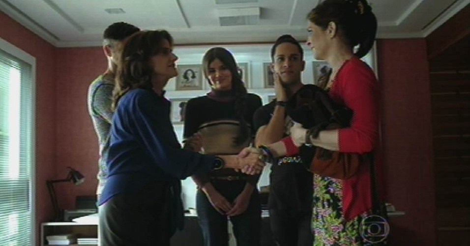8.jun.2015 - Fanny (Marieta Severo) fecha um acordo com Carolina (Drica Moraes) e dá de presente um book para Arlete (Camila Queiroz) fazer um contrato com sua agência