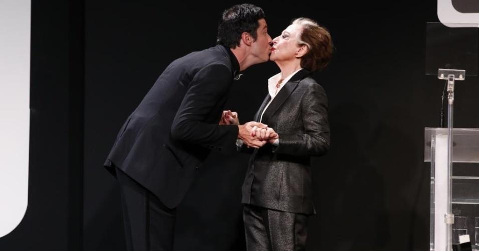"""8.jun.2015 - Fernanda Montenegro e Mateus Solano deram um selinho no palco do """"Prêmio Contigo! de Televisão"""", no Hotel Copacabana Palace, no Rio"""