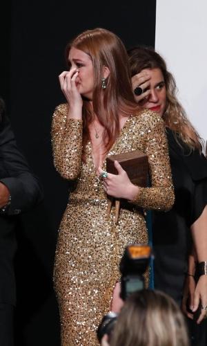 """8.jun.2015 - Maria Ruy Barbosa chora muito ao subir no palco com o elenco de """"Império"""", eleita a melhor novela no """"Prêmio Contigo! de Televisão"""","""