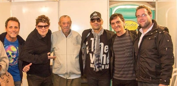 Cride (ao centro) com a banda Titãs após show dos músicos em São Carlos - Fabio Mauricio/Reprodução